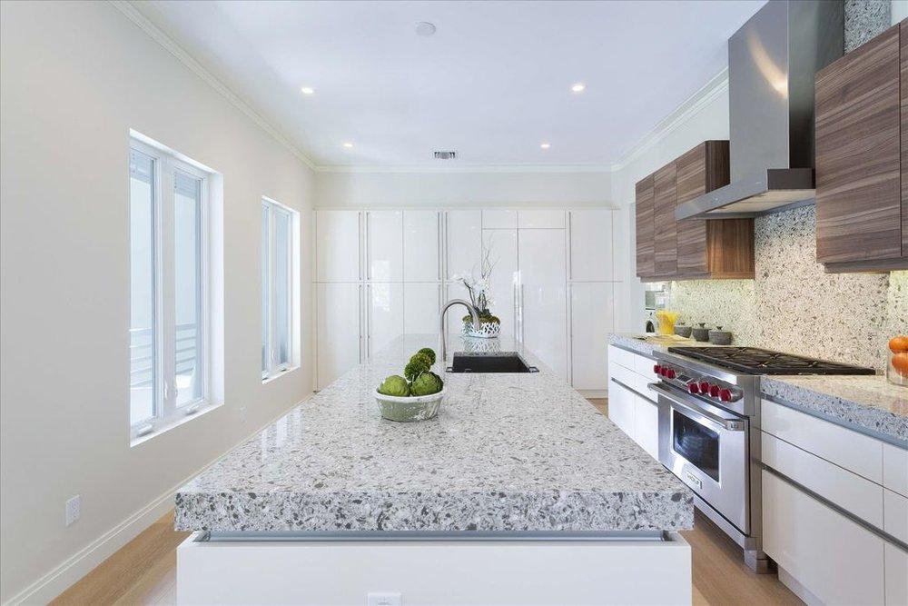 600-seasage-drive-kitchen-island-stove.jpg