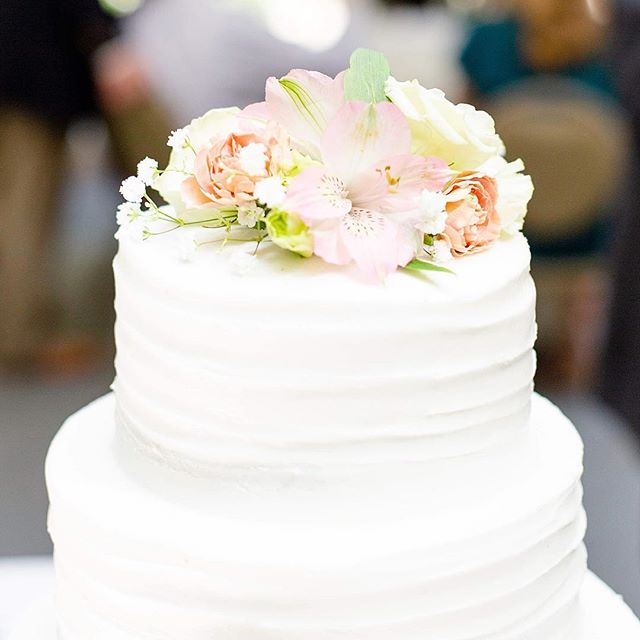 Happy Tuesday everyone! Here's a delicious, beautiful cake to get you through the day... . . . #weddingcake #weddingdetails #coloradoweddings #colorado #coloradosprings #coloradophotographer #photography #weddingphotography #weddings