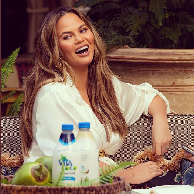 Open mouth? Insert coconut milk. 🌴 🥥 👅🙋🏻‍♂️🥛 @vitacoco casual brunch with @chrissyteigen 🥛 👄 Makeup: @maryphillips Hair: #glencocoforhair