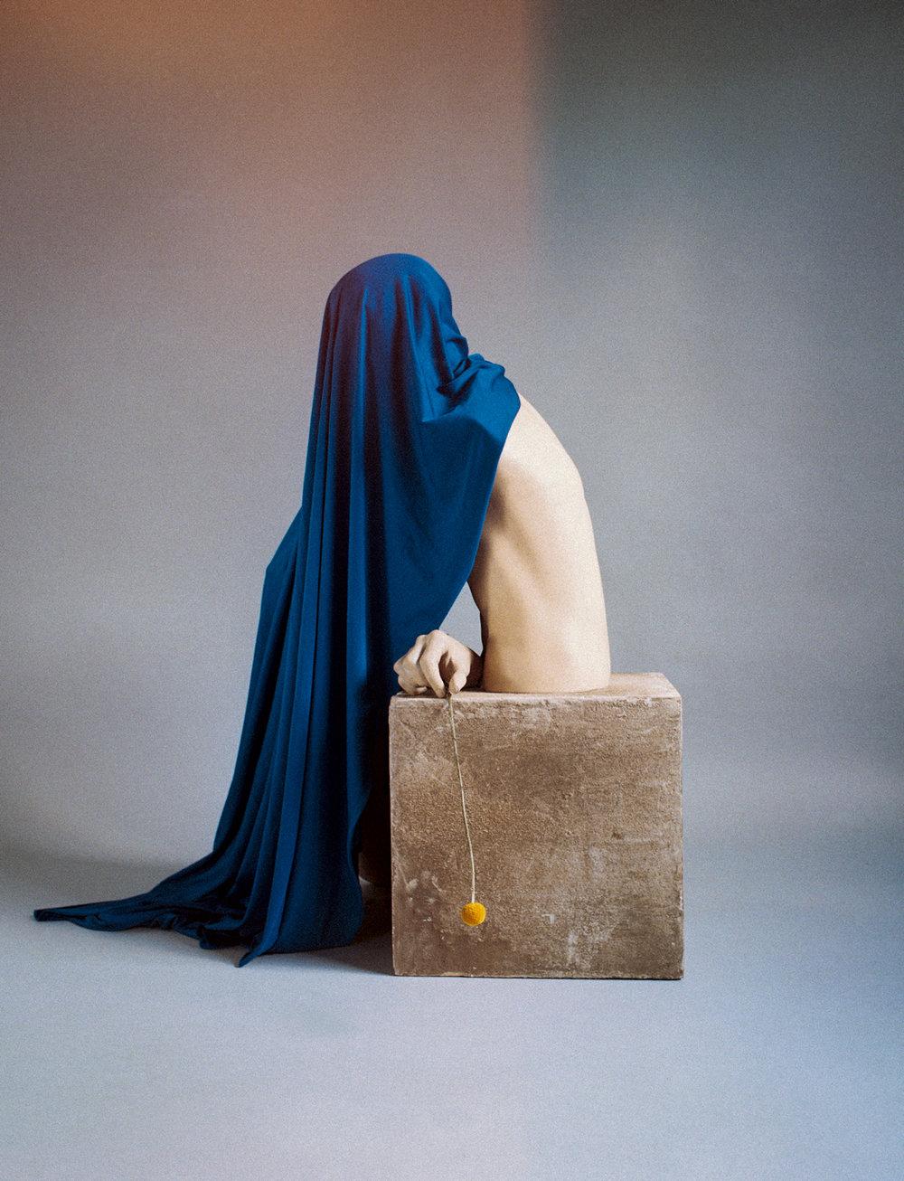 julien_capelle_nature_morte_mannequin_tissue_bleu_bloc_beton.jpg