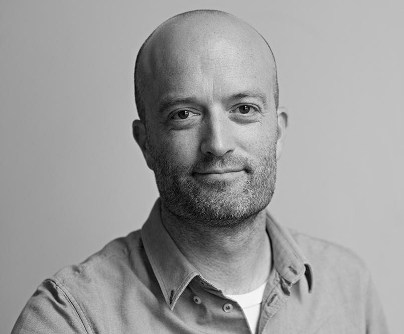 Matt Stuart - Matt Stuart maakt al 21 jaar lang de straten van (hoofdzakelijk) Londen onveilig, en is een straatfotograaf pur sang: hij gaat nooit het huis uit zonder camera, schiet ongeveer drie rolletjes film per dag, en drukt af op exact het juiste moment. Hij is sinds 2016 Magnum Nominee.Volgende workshop: Straatfotografie (20/07 - 21/07)
