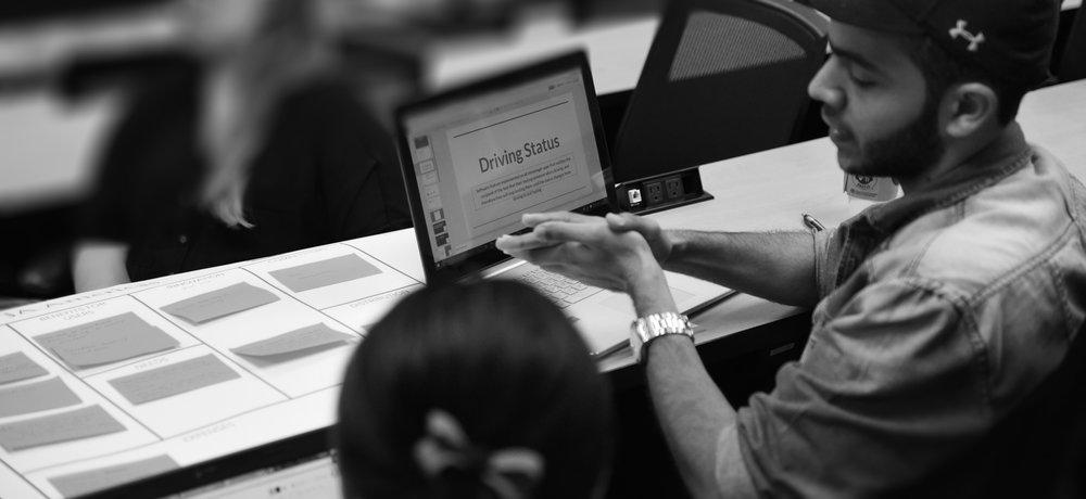 LA SOLUCIÓN - Inspiramos y preparamos a los jóvenes para ser exitosos en una economía global. A través de un aprendizaje experiencial y combinado, activamos a los jóvenes para los empleos del futuro, enseñándoles las habilidades que necesitan. Nuestras iniciativas combinan componentes digitales con intervenciones de voluntarios.