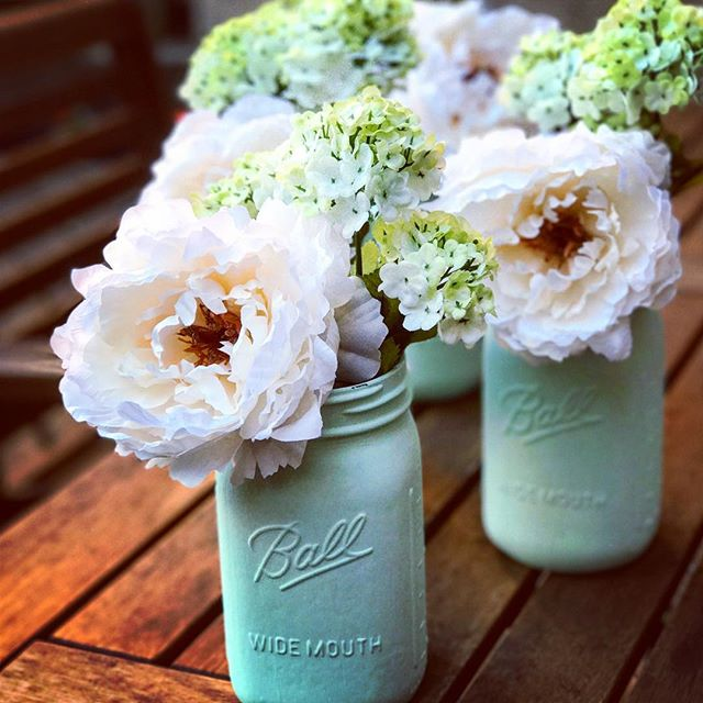 Friday flowers from #laceandblooms 🌷#eventprep #centerpieces #masonjars #blooms #eventdesigners #eventdecor