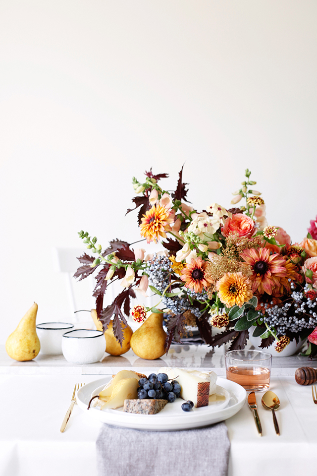 Summer floral arrangement by Mckenzie Powell. Includes dahlias, garden roses, rudbeckia, foxglove, zinnias, phlox, hibiscus foliage, elderberry and pears. Photography: BELATHEÉ + Floral Design: MCKENZIE POWELL