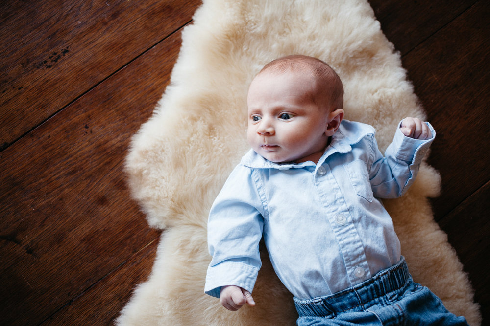 thomas wywrot photography nashville family photographer newborn baby infant boy sisters pictures photos in home indoor nashville tn tennessee brentwood franklin
