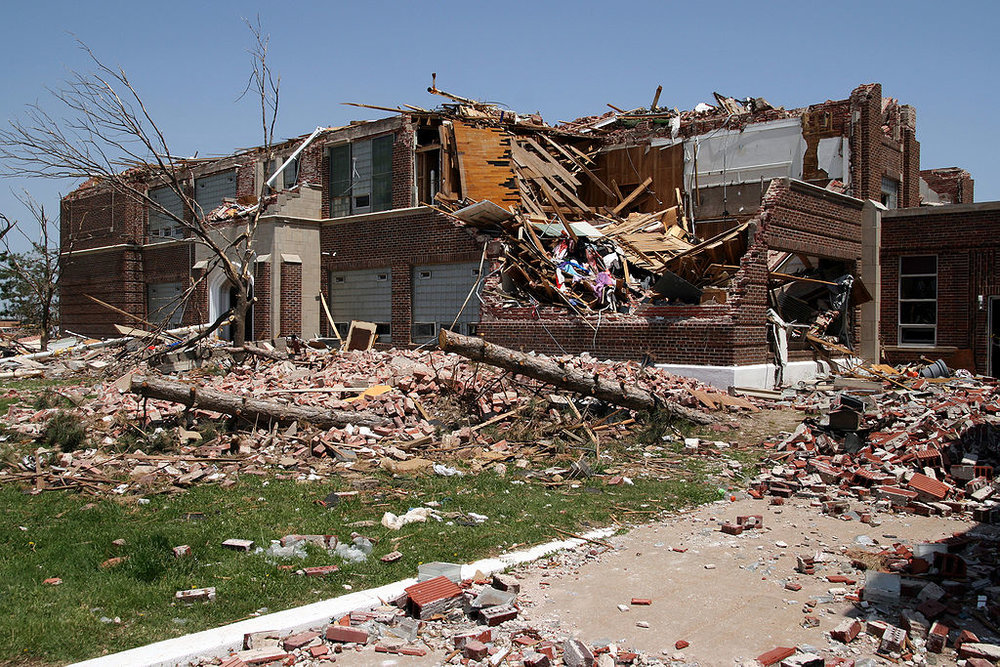 1024px-FEMA_-_30070_-_Greensburg_High_School_tornado_damage_in_Kansas.jpg