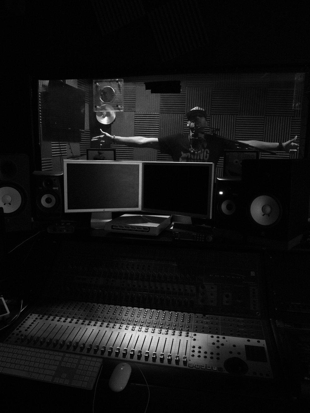 amiss in studio bw-2066240.jpg