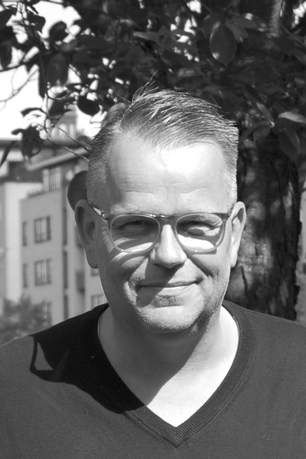 """Martin Ørneborg TykjærPædagog / Ejer - Oprindeligt uddannet blikkenslager, men har altid været fascineret af arbejdet med børn og unge. Også dem, som ikke er så lette at omgås. Som voksen uddannede han sig derfor til pædagog med specielt fokus på relations-pædagogik.Martin har arbejdet med udsatte børn og unge igennem de sidste 20 år, på institution, i sportsklubber, på et sejlprojekt med """"vilde"""" piger og i støttekontakt-projekter i samarbejde med Københavns Kommune.Martin er under uddannelse som familiekonsulent på Kempler Institute of Scandinavia.E-mail:martin@base2.dkMobil: 22 42 60 07"""
