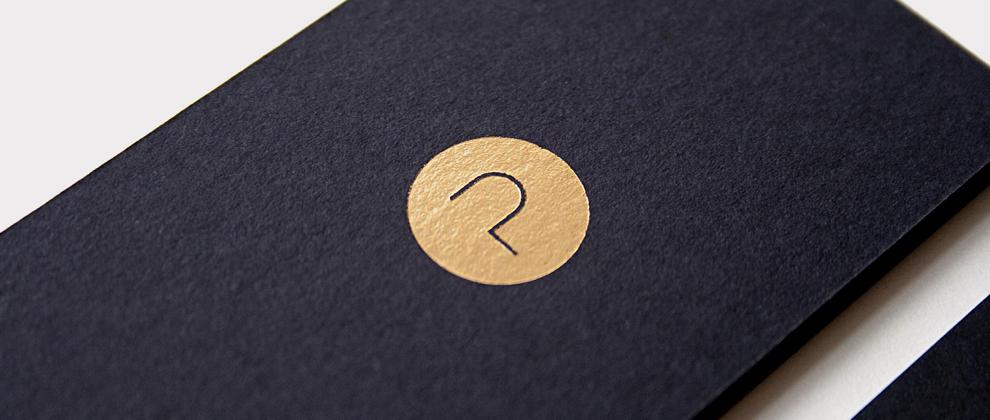 Corporate Design, Visitenkarte für Project, entworfen von den sons of ipanema, einer Grafik Design Agentur aus Köln. Goldveredelung Logo. Buchstabe P.