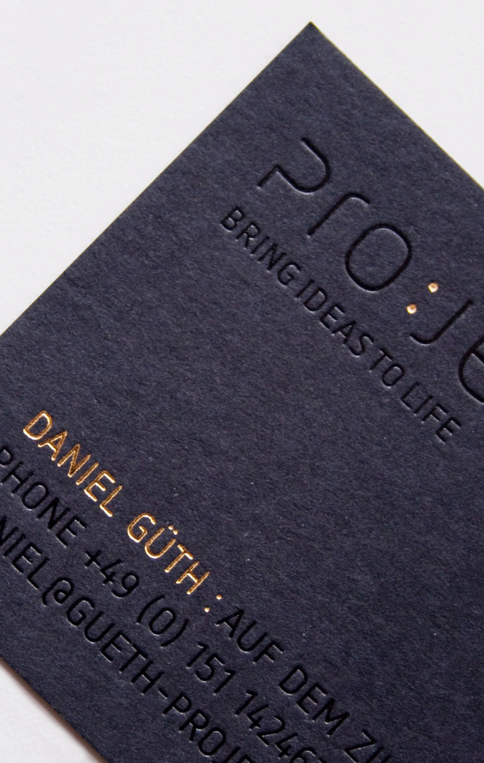 Corporate Design, Visitenkarte für Project, entworfen von den sons of ipanema, einer Grafik Design Agentur aus Köln. Dateil von der Goldveredelung und Blindprägung auf schwarzer Pappe.