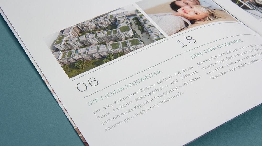 Detailansicht aus dem Expose für das Kronprinzen Quartier von der GS Immobiliengruppe in Aachen. Das Bild zeigt eine Ansicht des Viertels aus Vogelperspektive und ein glückliches Paar in den neuen vier Wänden. Das Layout wurde erstellt von dem Grafik Studio sons of ipanema.