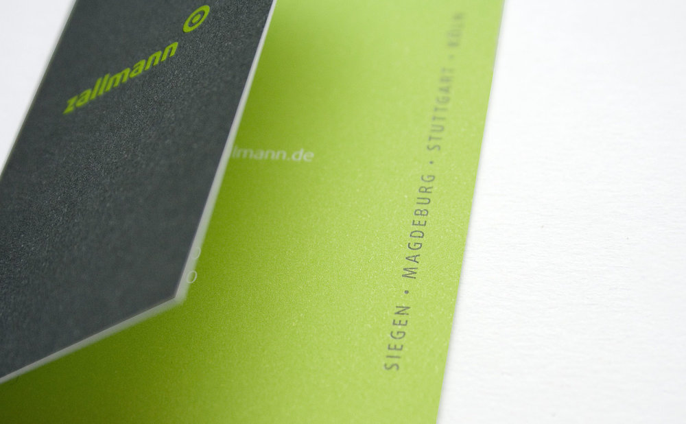 4 seitige Klapp-Visitenkarten in verschiedenen Farben.