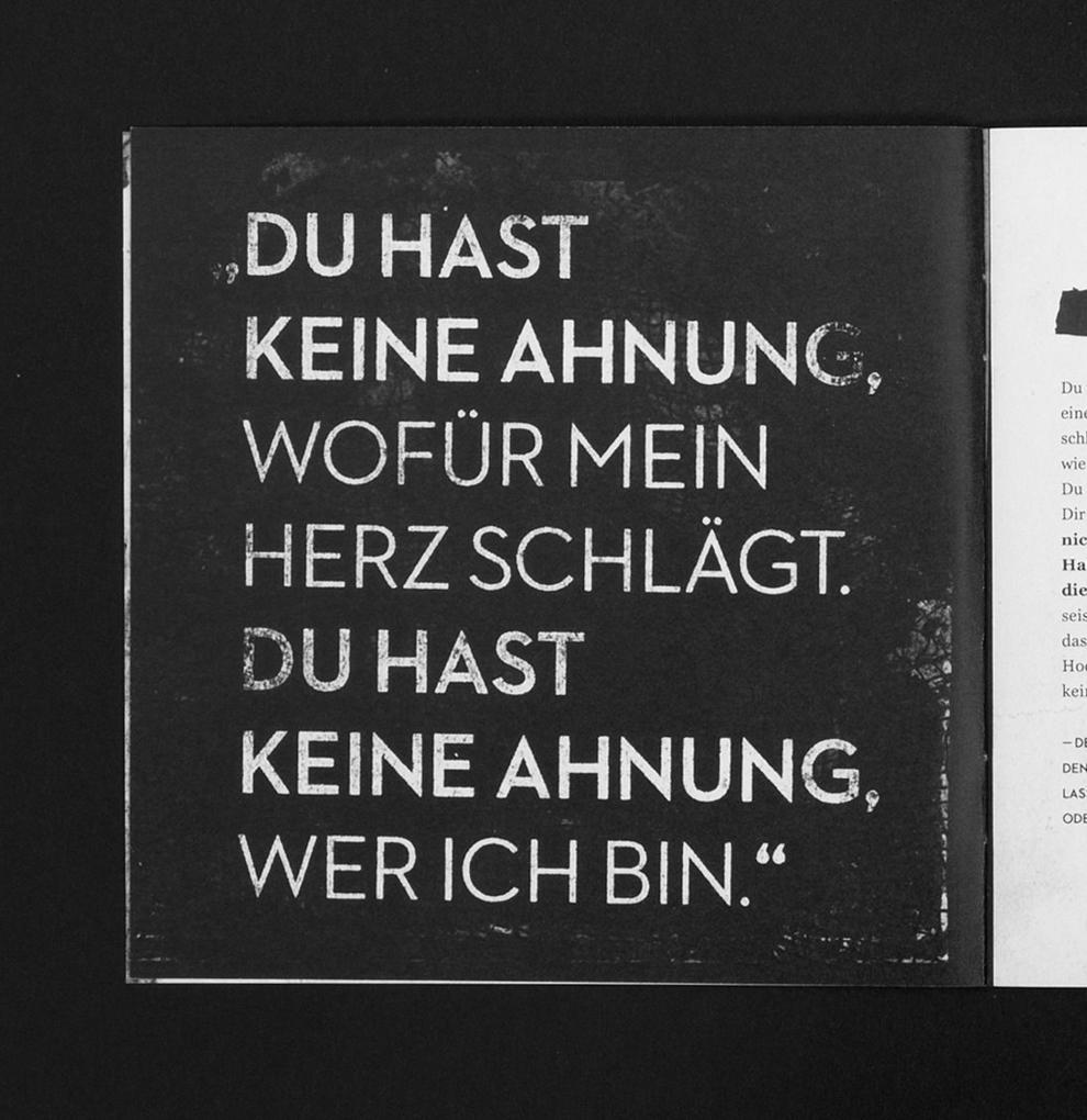"""Booklet des Langspielers Irgendwie von Love A. Typografie, weiße Schrift auf schwarzen Hintergrund. """"Du hast keine Ahnung, wofür mein Herz schlägt. Du hast keine Ahnung, wer ich bin."""""""
