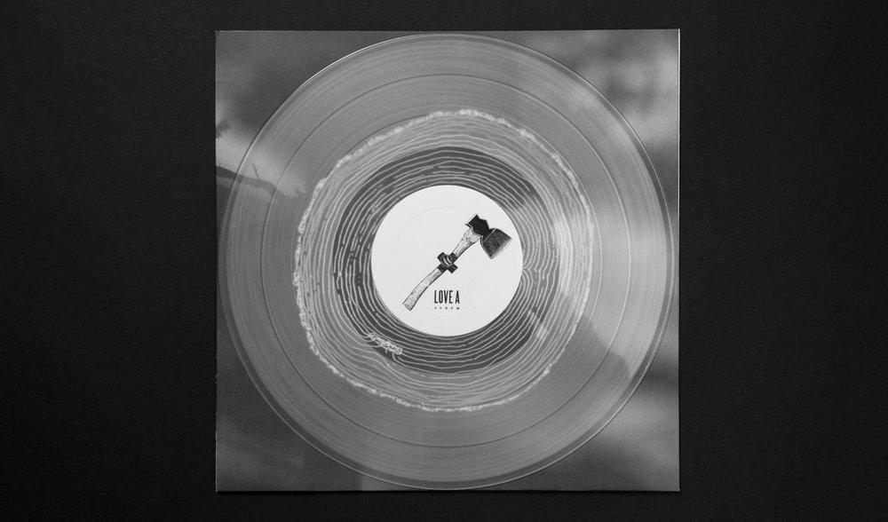 Das Cover Artwork für Love und Koeter wurde von den sons of ipanema komplett schwarz weiß gehalten.