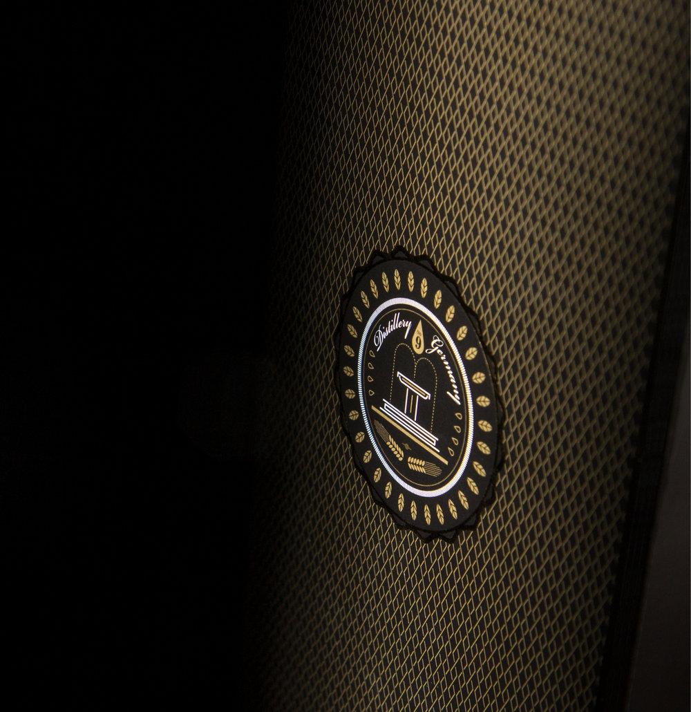 Packaging Design und Signet-Entwicklung für eine hochwertige Flaschenverpackung eines Whisky aus dem House The Nine Spring