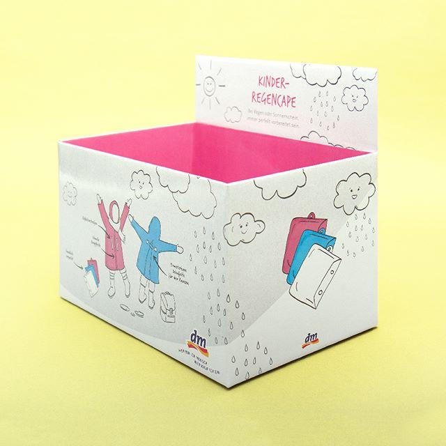 Köln hüllt sich pünktlich zur Weihnachtszeit in sein schönstes Grau ein. Mit den happy rain Regencapes können Klein und Groß dem fiesen Herbst-Winter-Regen mit guter Laune und bunten Farben trotzen!  Weitere Fotos und Details findet ihr auf unserer Seite 👋  #graphicdesign #cologne #illustration #typography #typo #sketch #picoftheday #design #designtip @graphicdesigncentral @picame @designspiration #graphicdesignblg #supplyanddesign #itsnicethat #packagingdesign #rainyday #rain #parapluie #regen #packaginglove #cape #kidsfashion #yellow #happyrain #rainymood #umbrella #regenschirm #koeln #liebedeinestadt #sonsofipanema