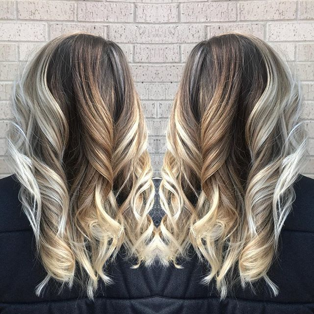 All my blonde babes are dreaming of summer. Enjoy date night tonight, @jess_reaves! #boymom #balayage #redkenshadeseq #schwarzkopfprofessional #hairpainting #bookwithme
