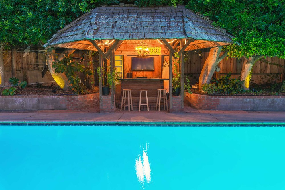 real-estate-phography-tiki-pool-bar.jpg