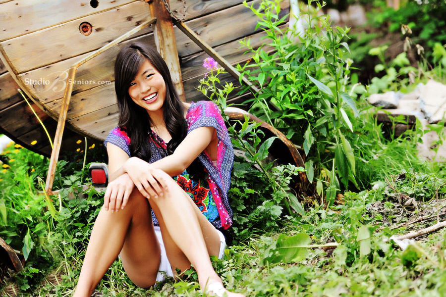 Outdoor-senior-pictures-of-pretty-Asian-girl-in-grass_Lu_4003