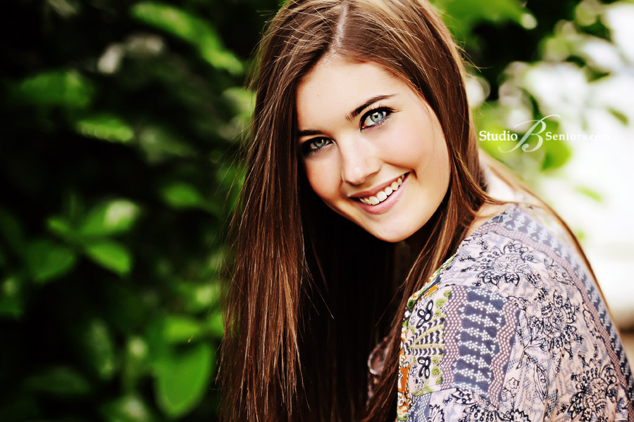 Outdoor-senior-pictures-of-Mercer-Island-High-School-girl