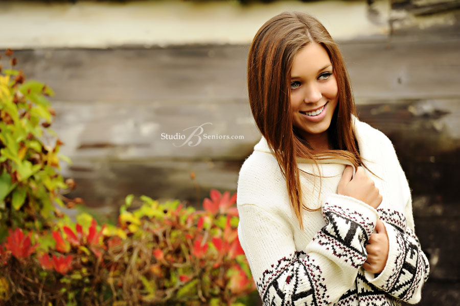 High-school-senior-pictures-in-Issaquah-in-the-fall-leaves