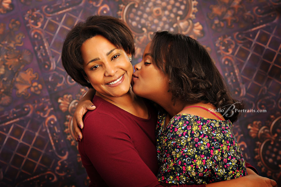Mom-and-daughter-hugging-during-senior-pictures-photo-shoot