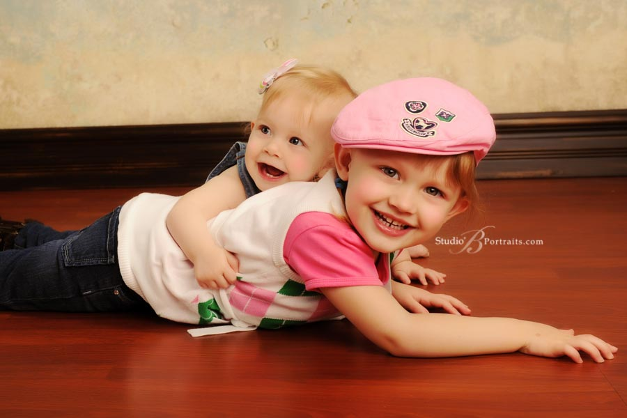 Portrait-studio-pictures-of-laughing-children-at-Studio-B-in-Issaquah_5248