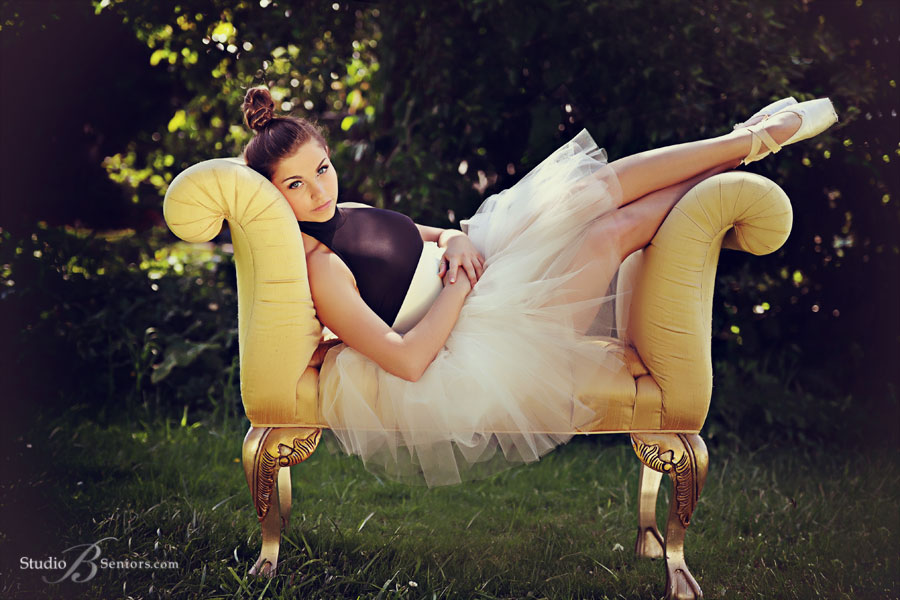 Best-High-school-senior-pictures-of-ballet-dancer-outside-on-settee