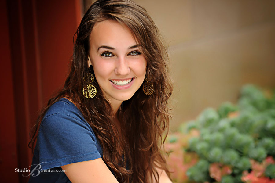 Outdoor-senior-pictures-of-Mount-Si-High-Shcool-Senior-girl-smiling