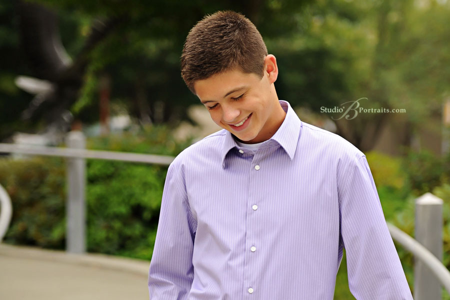 Great-boy-senior-pictures-of-Issaquah-High-Schoool-guy-outdoors-at-Studio-B-Portraits