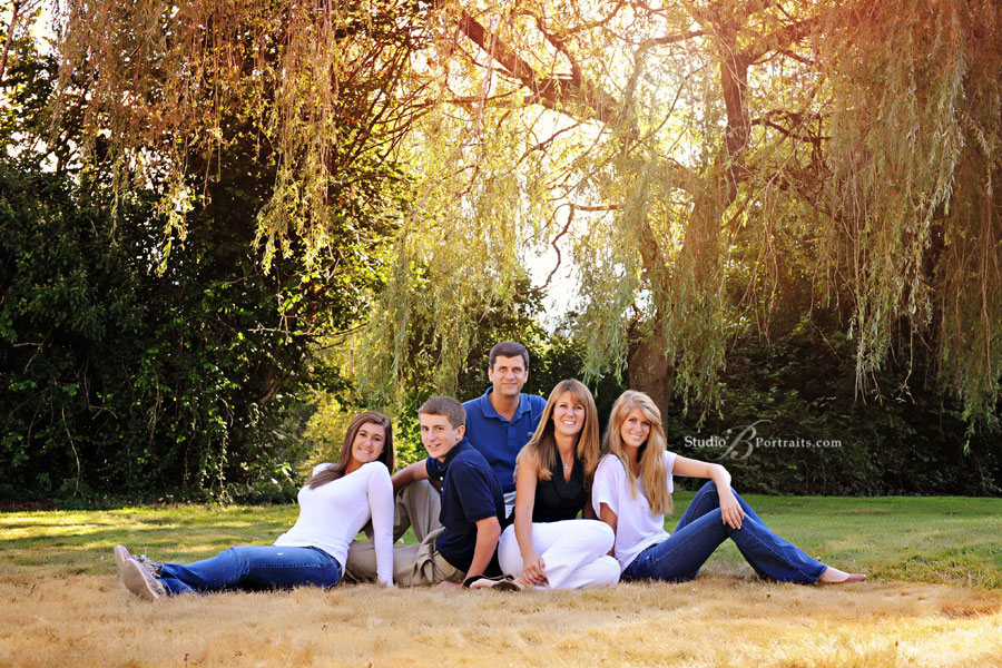 Great-family-pictures-photographed-in-the-Fall-outdoors-in-Issaquah-in-the-field