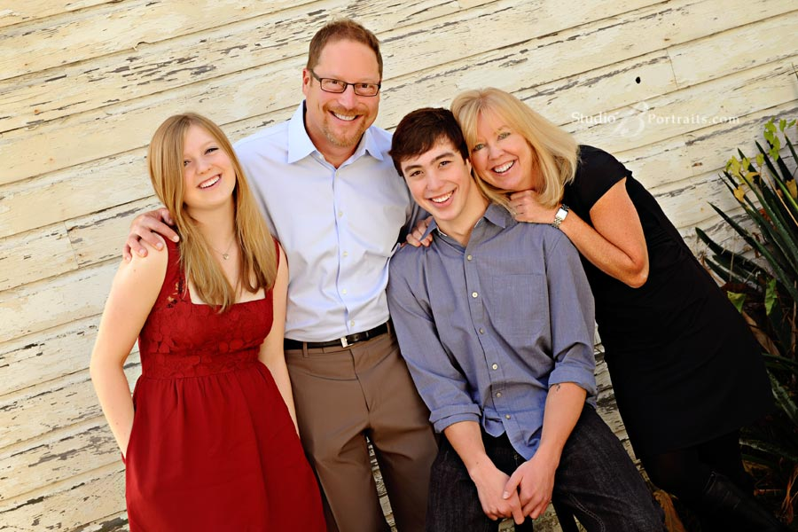 Great-outdoor-family-portraits-in-Seattle-at-Studio-B-in-Issaquah