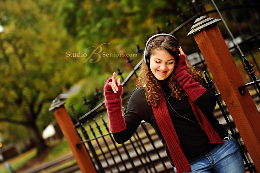 High-School-senior-pictures-of-girl-listensing-to-music