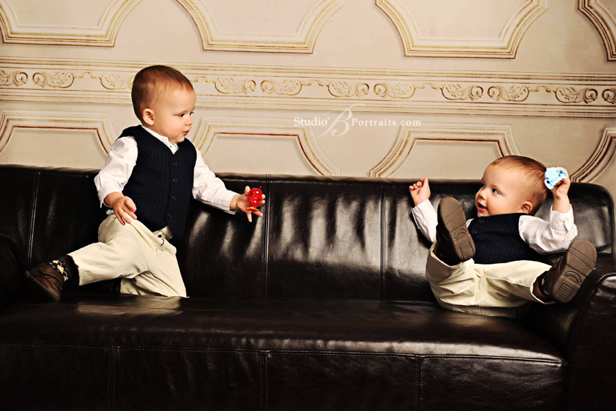 Twin-boys-playing-on-the-couch-at-Studio-B-in-Issaquah