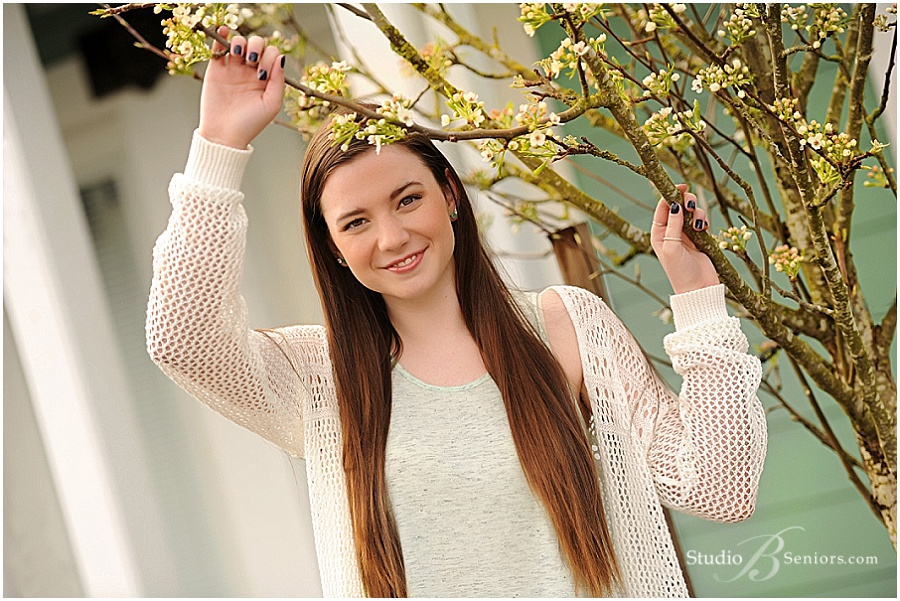 Senior pictures of girl near Bellevue in cream sweater_Studio B Seniors_0003.jpg