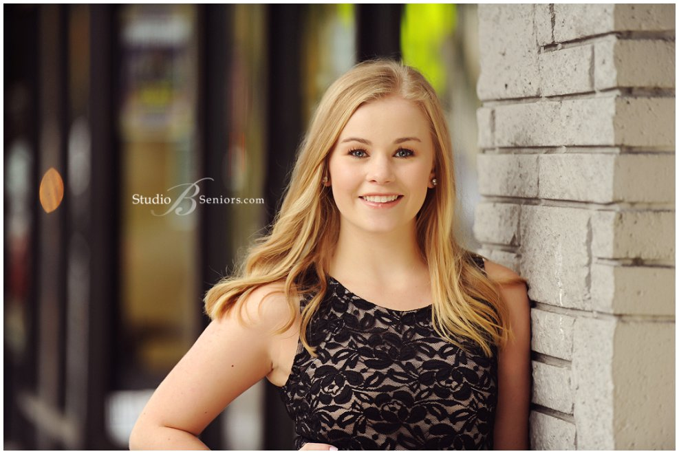 Chic senior pictures with city look_Studio B Portraits