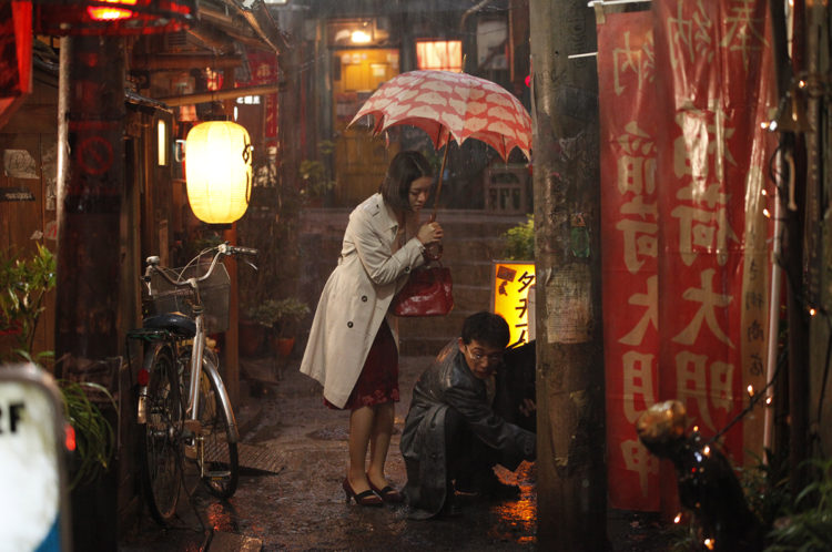 Yoona shares her umbrella with Amamiya outside of Meshiya in Midnight Diner Ep. 4.