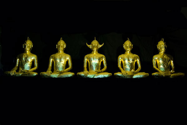Ken Yonetani, Ultrabuddha – that is why I want to be saved (2009), 23Ct gold leaf ceramic, 90 x 70 x 40cm each