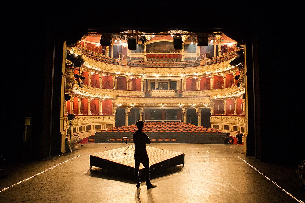 ifj. Vidnyánszky Attila a III. Richárd próbáján a Pécsi Nemzeti Színházban 2017. 06. 12-én. A nézőtér időnként impozáns hátteréül szolgált a darabnak.