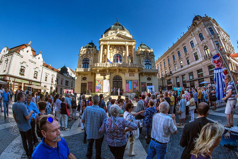 A Színház tér a június 8-i megnyitón.