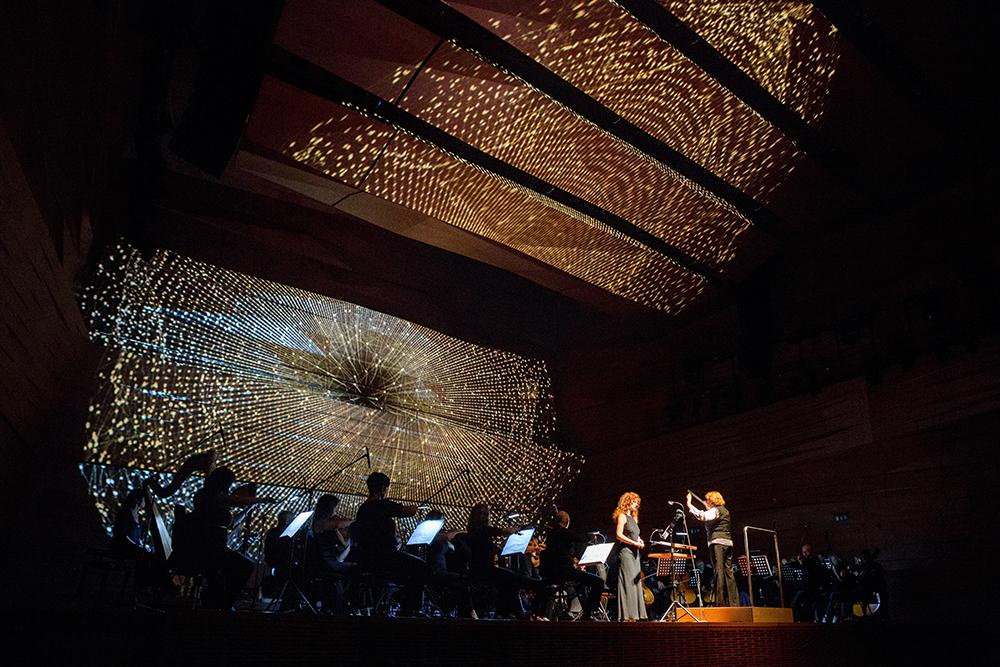 A klasszikus és elektronikus elemeket ötvöző koncertet fényinstalláció tette teljessé.
