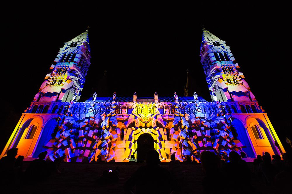 A szombati Zsolnay Light Art mapping verseny volt a fesztivál egyik fő attrakciója. A 10 nemzetközi csapat a Székesegyházra vetítette 3D-s alkotásait.