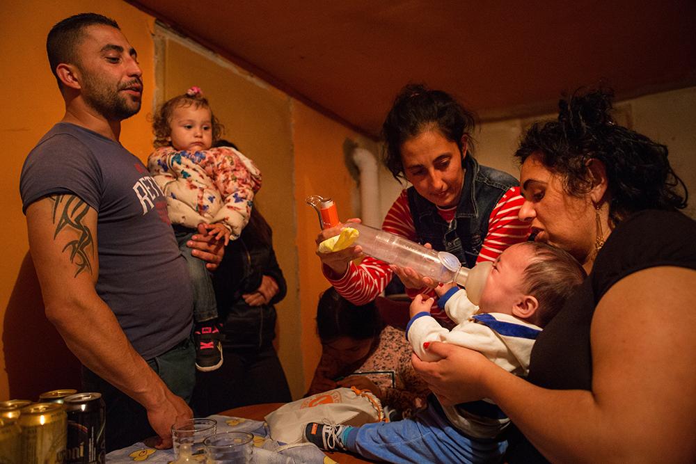 Vacsora Rostáséknál. A telepen sok az asztmás kisgyerek, a betegség kialakulásához valószínűleg a rossz lakhatási körülmények is hozzájárulnak.