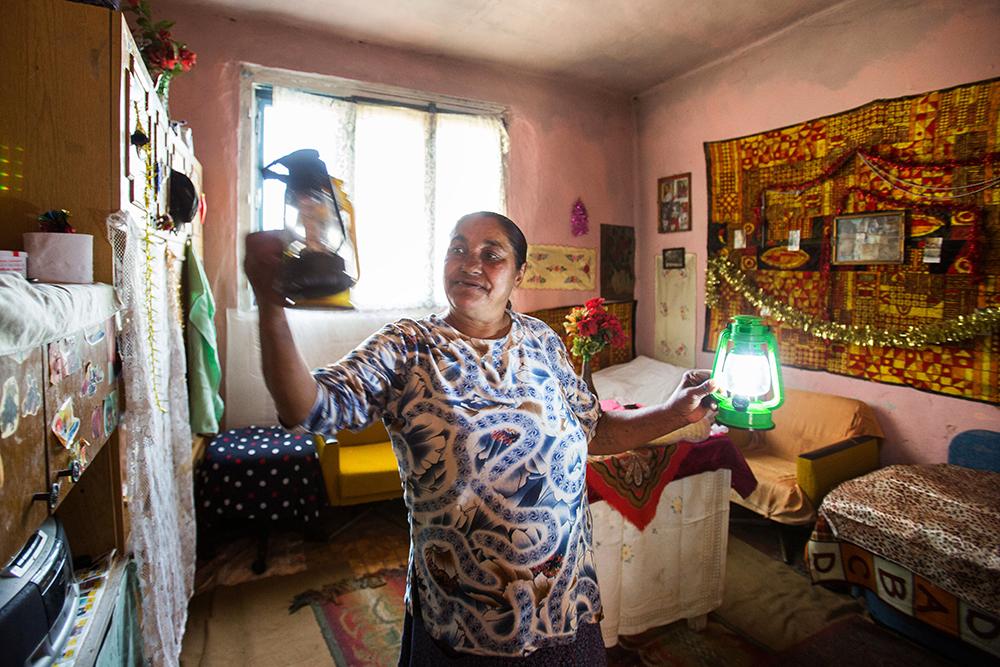 A Csurár-házban egyáltalán nincs áram. A világítást eddig elemes ledlámpákkal és gyertyákkal oldották meg, de ezek beszerzése is igen nagy terhet rótt az idős házaspárra.