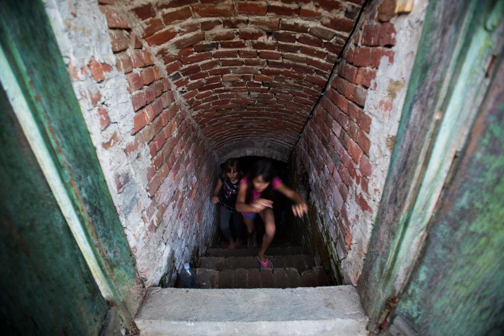 A pincéből nyáron is lehet hűvös szódát inni. A szomszéd lányok gyakran járnak át Orsiékhoz játszani és szívesen segítenek bármilyen tevékenységben.