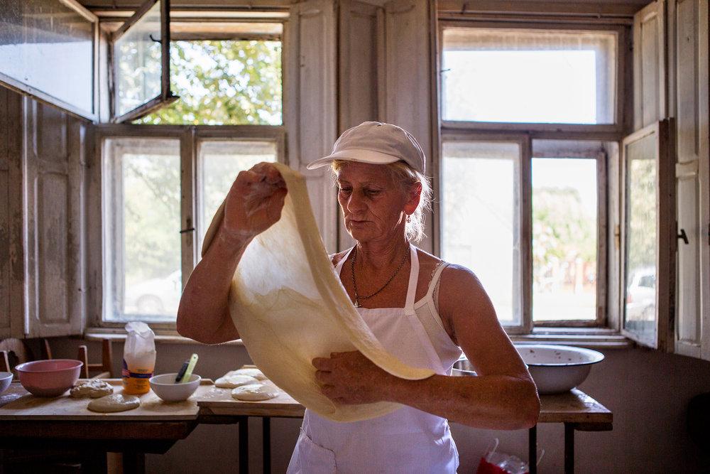 Ibolya és Ilike néni hatalmas rutinnal készítik a rendezvények várva-várt hozzávalóját, a rétest. A finomságot a saját kezűleg rakott kemencében sütnek ki a háziak.
