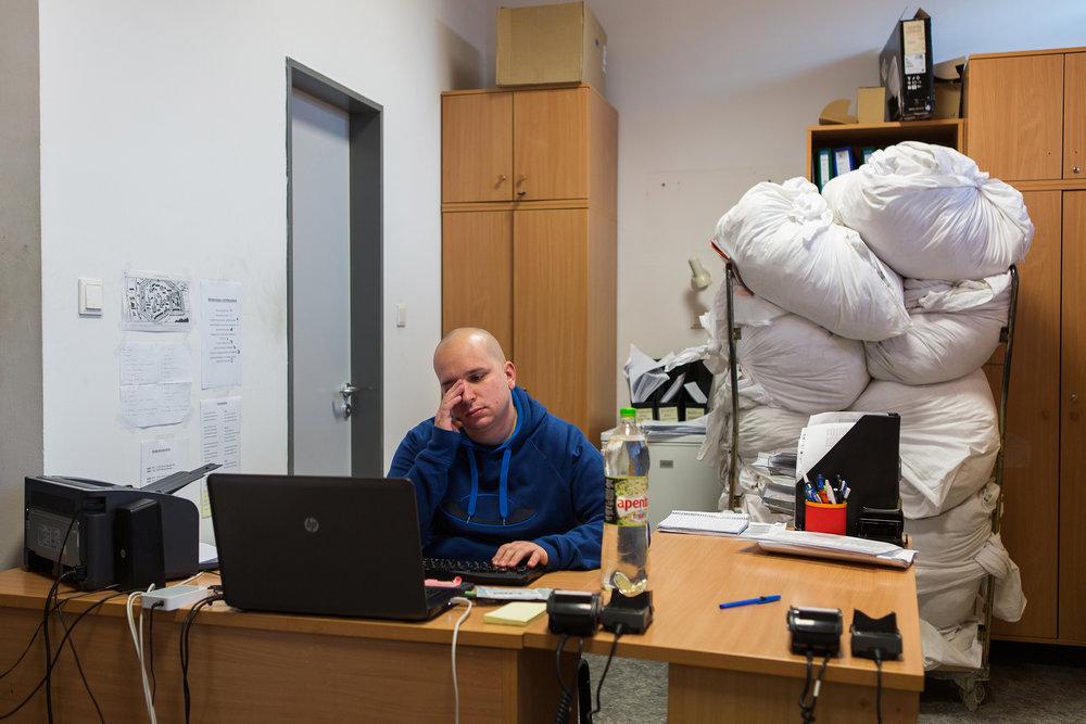 Márkó a PTE Boszorkány úti kollégiumában dolgozik, az itt lakó külföldi hallgatók ügyeit intézi. A fiú sok időt tölt az irodában egyedül, vagy a szobák ellenőrzésével, adósságbehajtással.