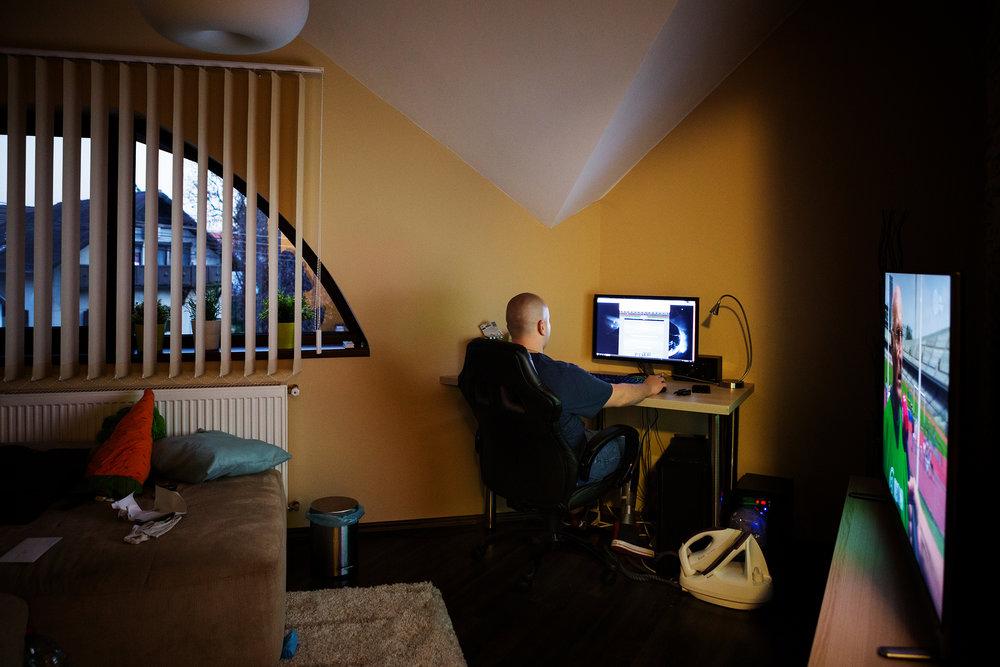 Márkó a munkaórákon kívül keveset jár el otthonról, balesete után több barátjával is megszakadt a kapcsolata. Sok időt tölt a számítógép előtt, szabadidejében időnként online sportfogadással növeli az őt érő izgalmakat. Több-kevesebb sikerrel próbál motivációt találni és elszakadni a függőséget okozó fogadástól.