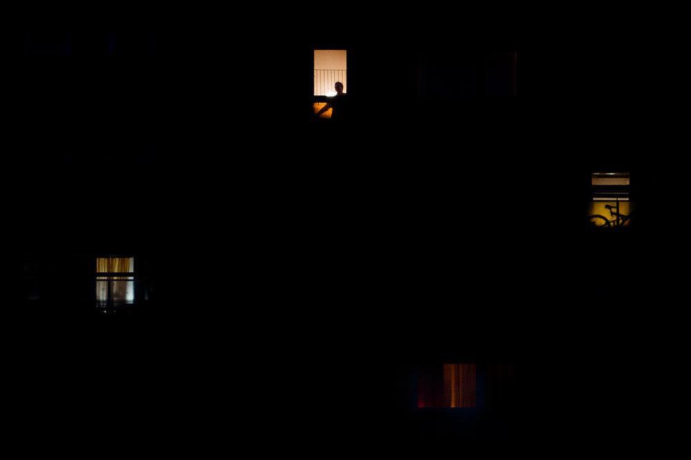 Mátyus Anna egy kertvárosi panelház 10. emeletén lakik. Mivel a társasházban van lift, az otthonába való ki- és bejutásban nem is annyira a sok emelet, inkább a földszinti pár lépcső jelenti az igazi problémát. 2017 áprilisában cukorbetegség okozta érszűkület következtében először néhány lábujját, majd a bal lábát térd alatt amputálni kellett. Még ugyanezen év augusztusában egy rossz mozdulat következtében olajjal leforrázta a jobb lábát, és az orvosok sikertelenül próbálkoztak bőrátültetéssel, októberben fertőzés miatt térd alatt Anna másik lábát is amputálni kellett. Műlábbal és mankóval óvatosan, lassan tud ugyan menni, de hosszabb távot nem vállal, mert nem érzi magát biztonságban.