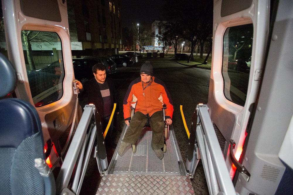 Dani számára nagy segítség az edzésre való eljutásban az emelőszerkezettel rendelkező kisbusz, a kerekesszékből sem kell kiszállnia, hogy felüljön rá.